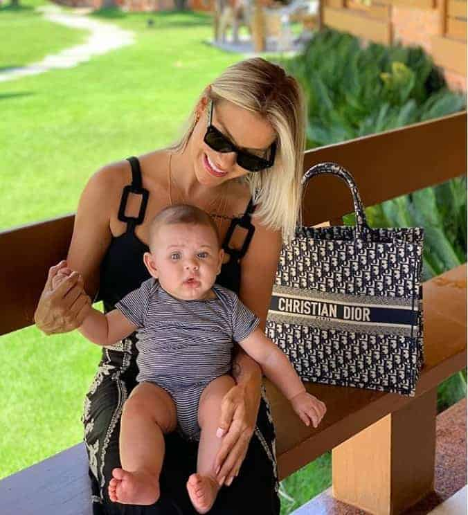 No colo da mamãe Andressa Suita o pequeno Samuel