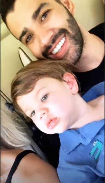 Gabriel com seu pai no helicóptero o cantor Gusttavo Lima