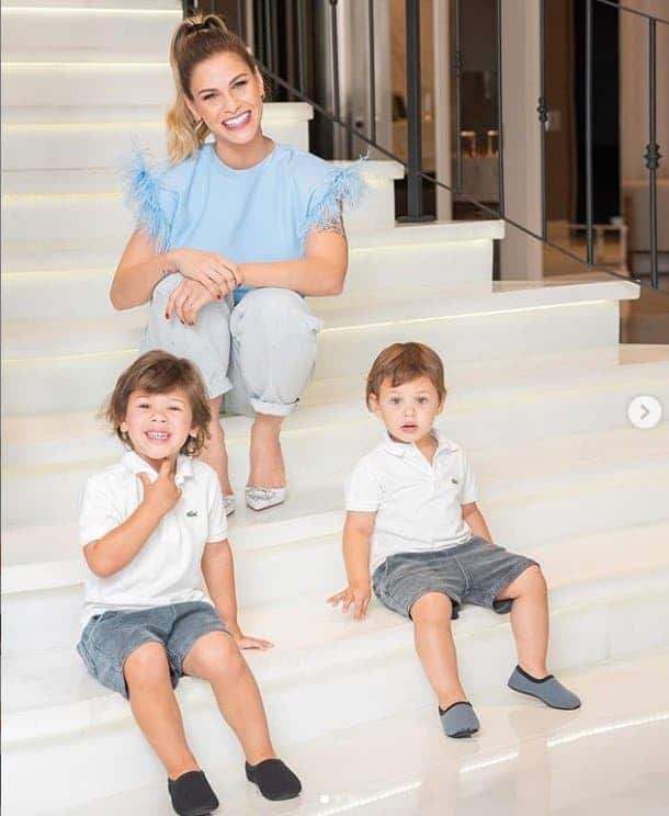 Andressa Suita ao lado de seus filhos com Gusttavo Lima