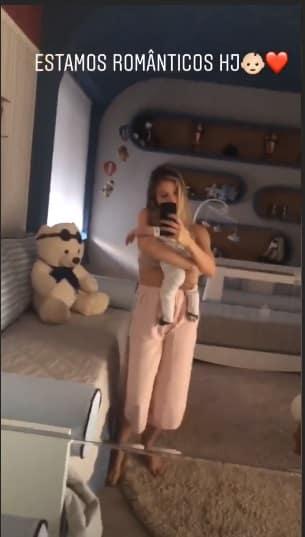 O bebê Samuel no colo da modelo Andressa Suita