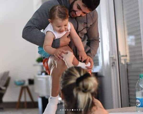 Gusttavo Lima com o bebê Gabriel enquanto Andressa Suita estava em trabalho de parto
