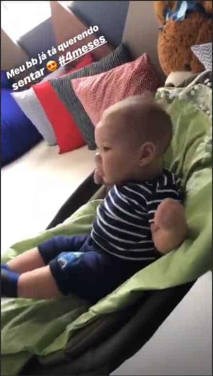 Andressa Suita compartilhou uma imagem do fofo Samuel tentando ficar sentado