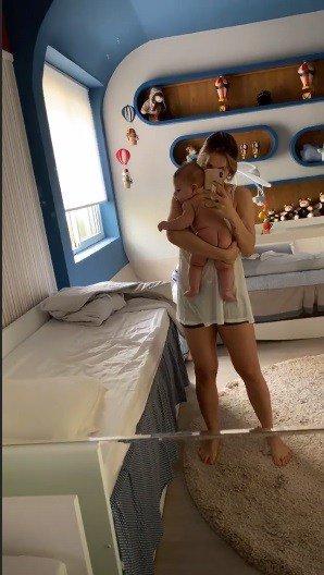 O bebê Samuel no colo de sua mamãe Andressa Suita