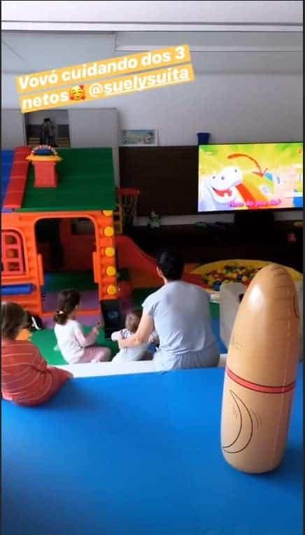 Filhos e sobrinha de Andressa Suita no quarto de brinquedos com a avó