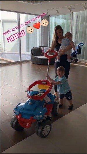 Andressa Suita brincando com os filhos