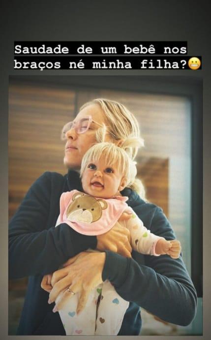 Angélica com uma boneca reborn