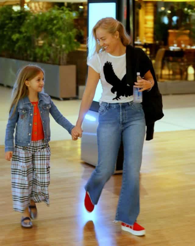 Angélica foi fotografada passeando no shopping com a filha