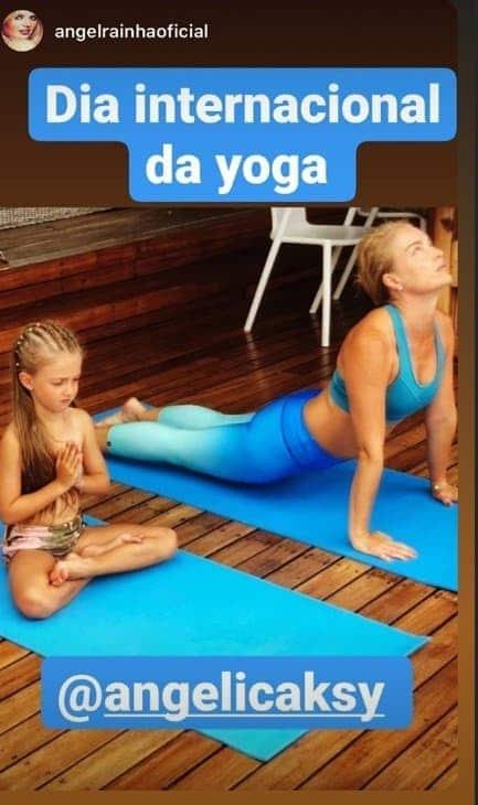 Angélica pratica yoga com a filha
