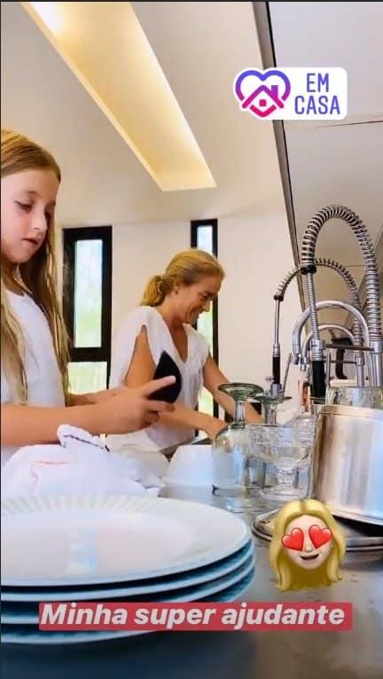 Angélica lavando louça com a fofa Eva
