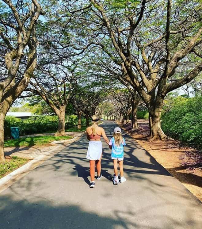 Angélica com sua filha Eva durante uma caminhada
