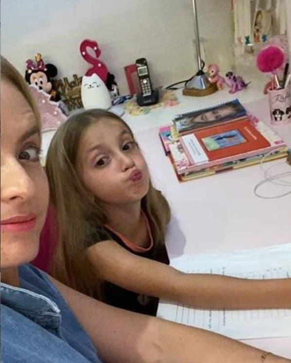 Angélica em casa com sua filha