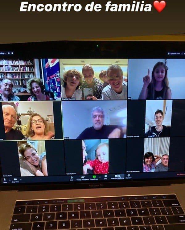 Angélica mostrando o encontro virtual da família
