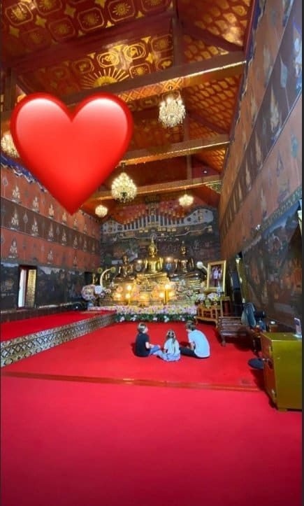 Filhos dos apresentadores em um templo na Tailândia