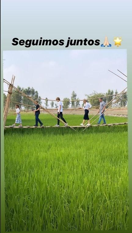 Angélica e Luciano Huck com sua família na plantação de arroz