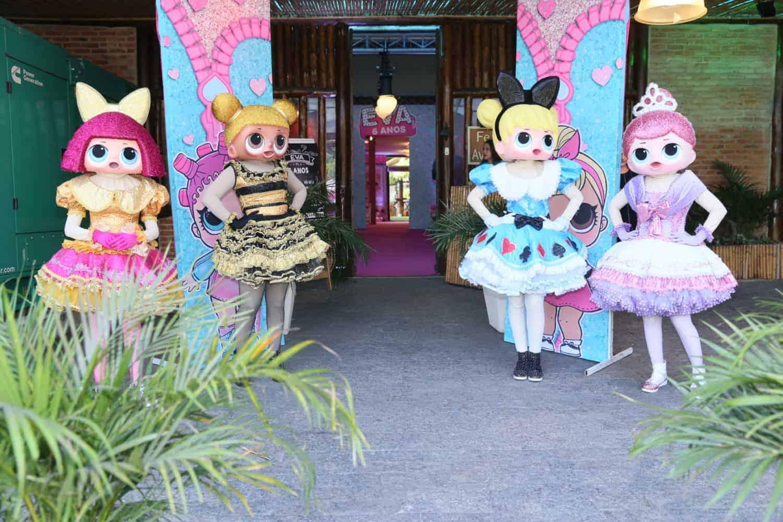 As bonecas Lol Surpresa na entrada da festa de Eva, filha de Luciano Huck e Angélica