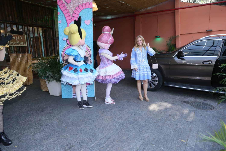 Angélica foi recepcionada pelas bonecas Lol Surpresa
