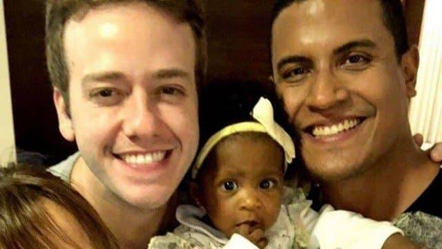 A pequena Manu com seus pais Pablo Sanábio e Marcelo Nascimento