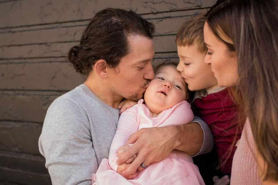 Ator Miguel Cervantes com sua bebê no colo e a esposa e o filho