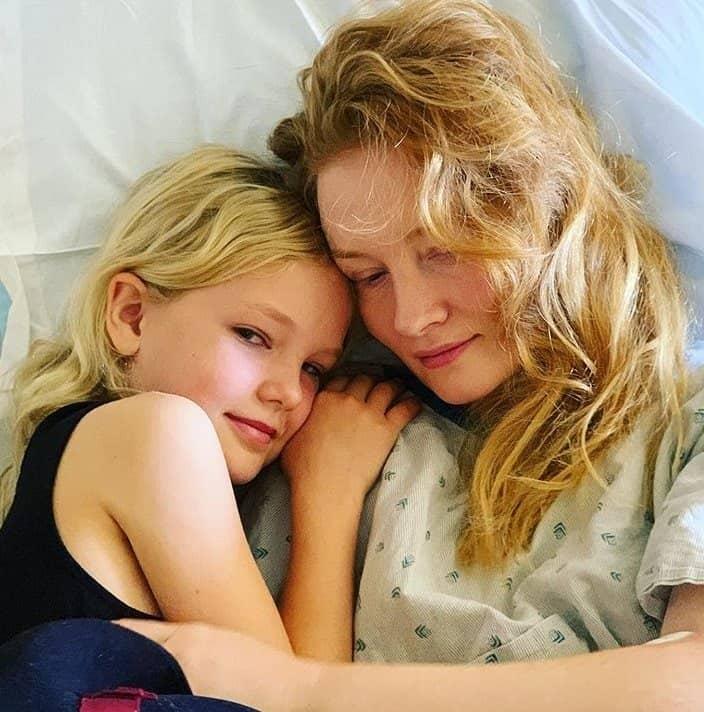 Esposa do ator James Van Der Beek sendo apoiada no hospital