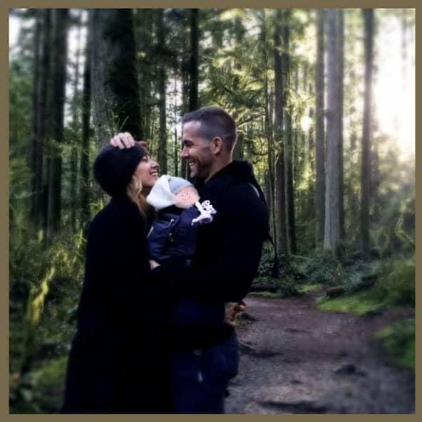 Atriz Blake Lively e o ator Ryan Reynolds com a terceira filha deles