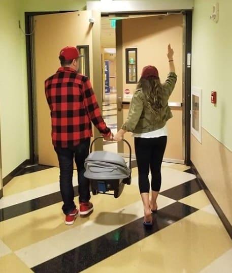 Atriz saindo da maternidade com seu recém-nascido