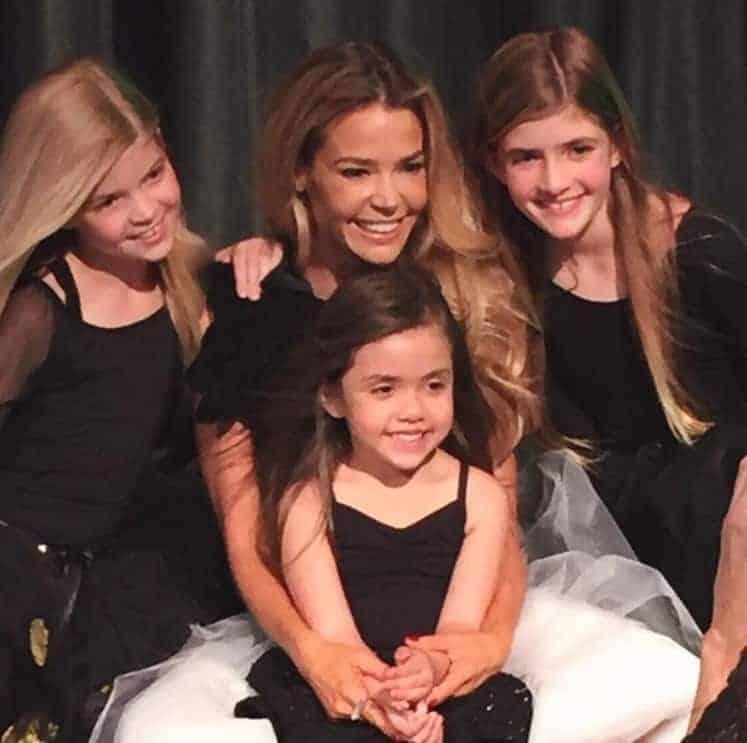 A atriz Denise Richards com os três filho, a pequena Eloise no centro da foto