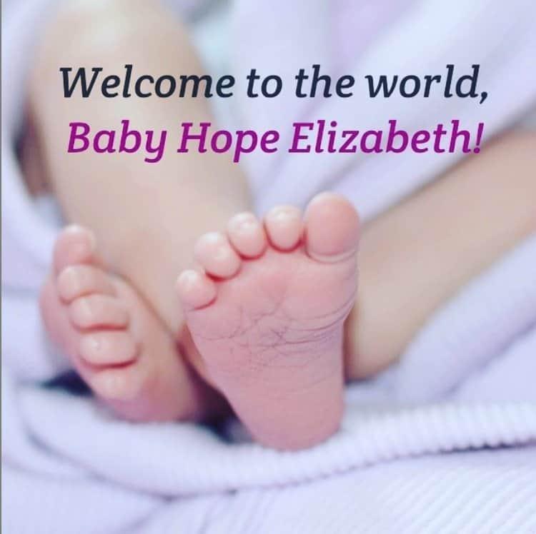 Atriz anunciou o nascimento da filha com esta foto