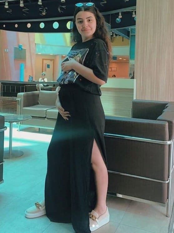 Atriz deixando hospital depois de ter passado mais de um mês internada por problemas no pós-parto