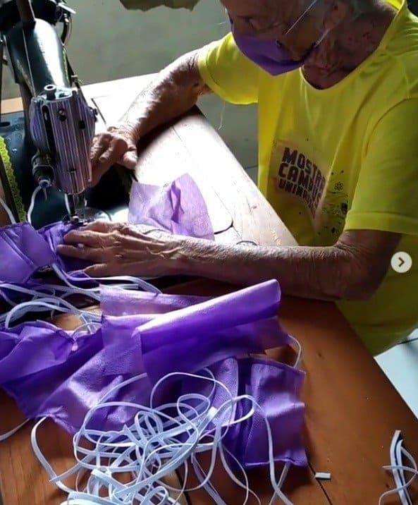 Avó costurando máscaras para seus vizinhos idosos