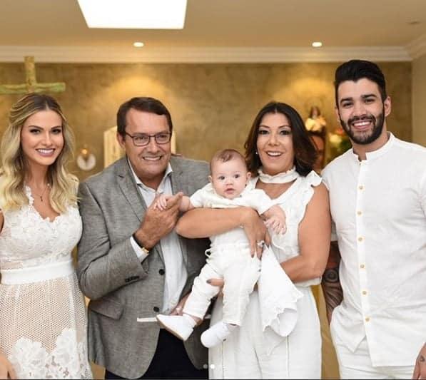 Pedro Lourenço, 62 anos, e Val Fernandes, 49, foram os padrinhos de batismo