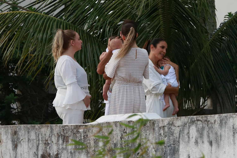 A cantora Ivete Sangalo esperando para começar o batizado de suas filhas gêmeas