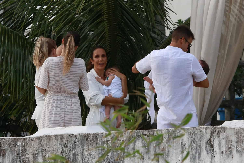 Uma foto da família de Ivete Sangalo aguardando para o início do batizado de suas gêmeas