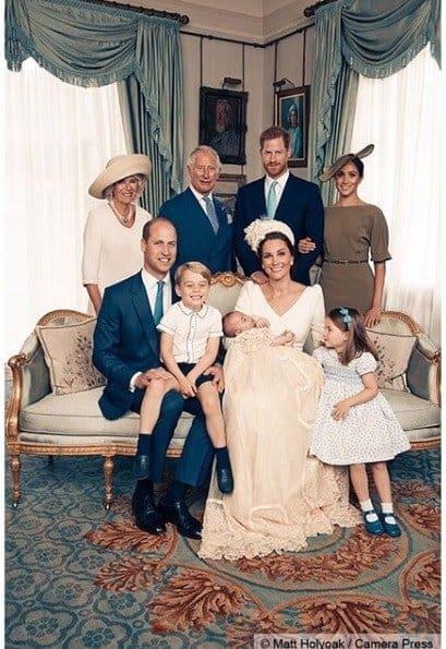 Foto da família real no batizado do príncipe Louis
