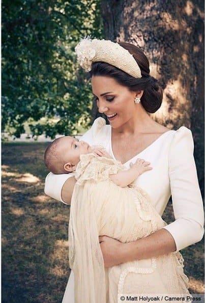 O príncipe Louis no colo da mamãe a duquesa Kate Middleton durante o batizado