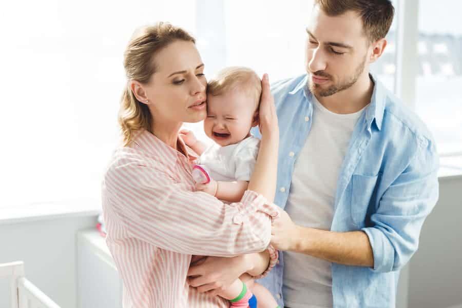 Um bebê irritado precisa ser acalmado pelos pais