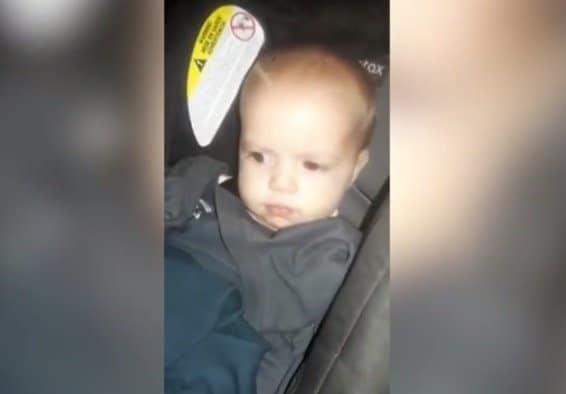 Momento que os policiais acharam a bebê