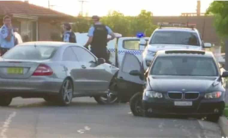 O veículo em que o bebê de onze meses estava no colo e o outro carro após a batida