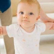 Veja como ajudar o bebê a andar e como estimular os primeiros passinhos