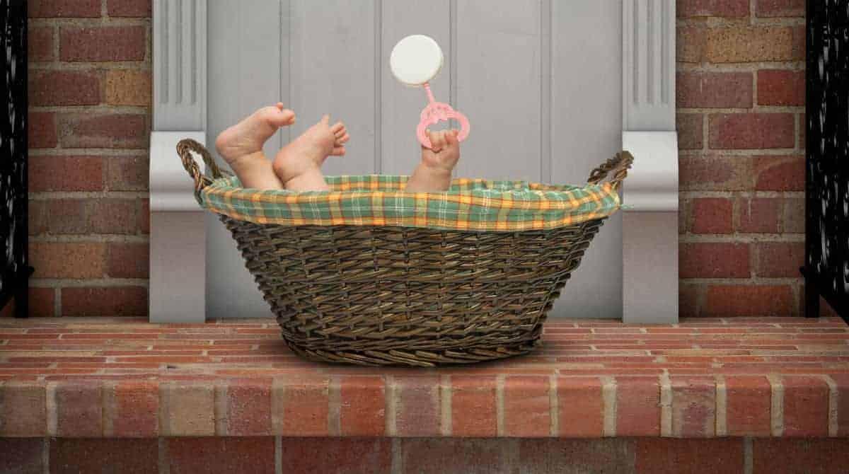 Bebê recém-nascido foi achado na porta de um apartamento