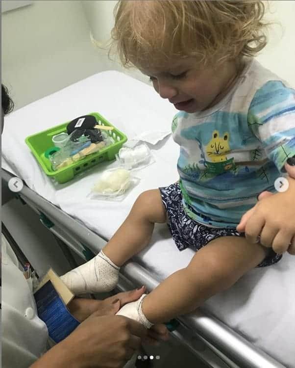 Filho da atriz Maíra Charken sendo atendido no hospital
