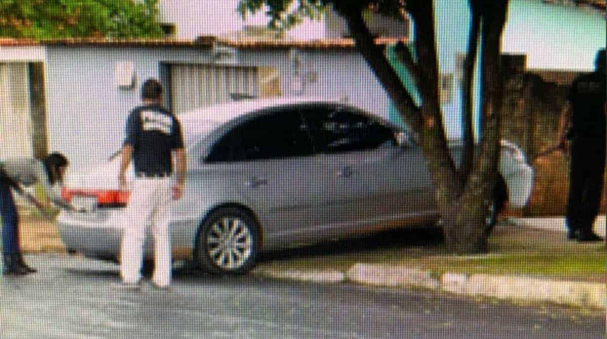 O homem deu ré e não viu que o bebê estava atrás do carro