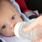 Confira quais tipos de líquidos são indicados para o bebê que passou dos 6 meses