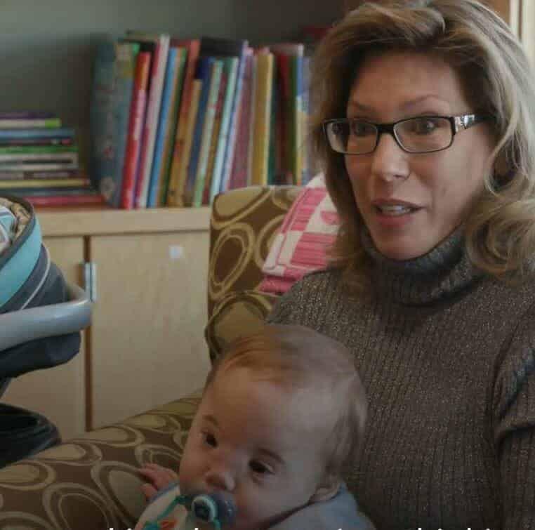 O pequeno Zakary no colo de sua mamãe