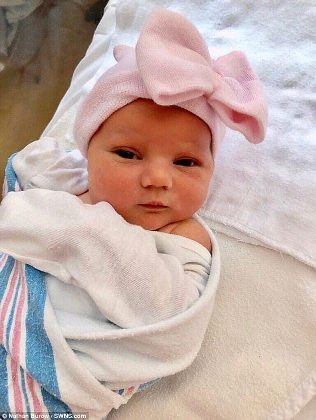 A pequena Annabelle após o parto