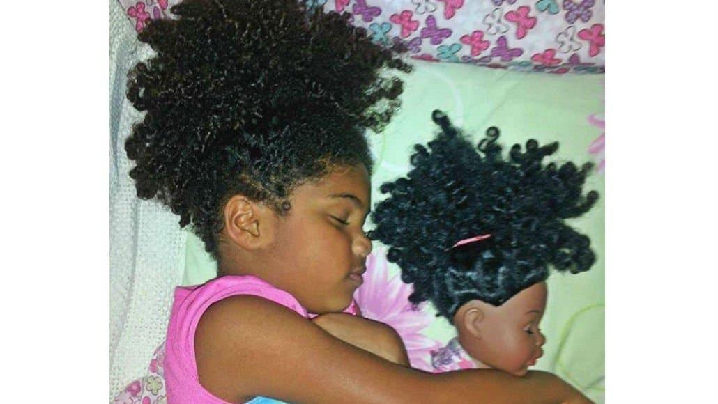 Bebê e boneca com cabelos lindos