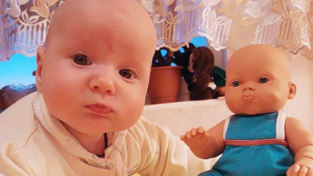 Bebê e boneca carequinhas