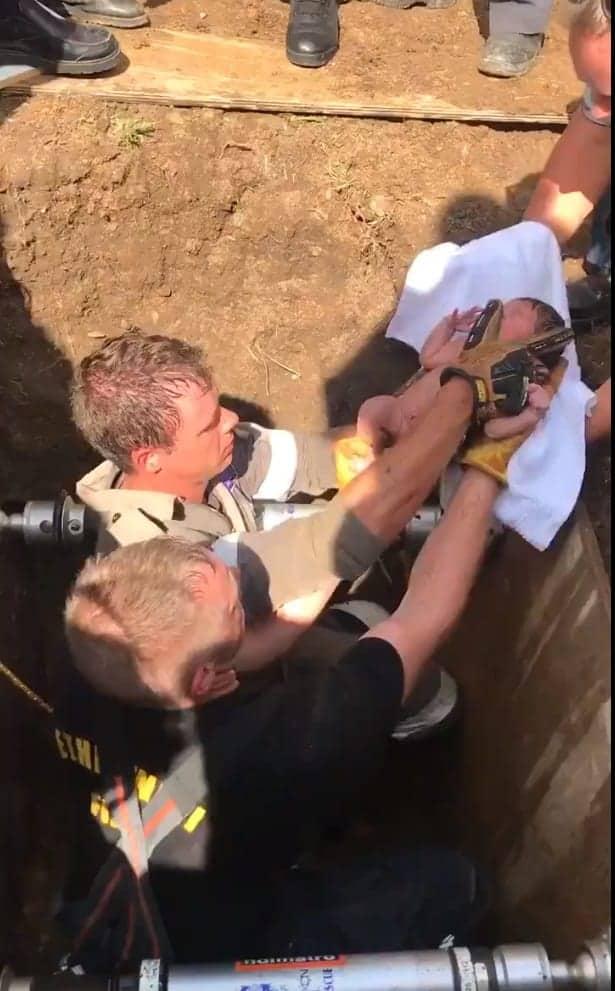 Imagem do momento em que o outro bebê foi achado com vida no bueiro