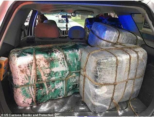 Os pacotes com drogas também estavam no porta-malas