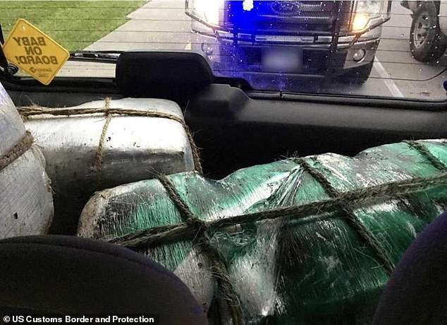 Imagens dos pacotes de droga que estavam no carro