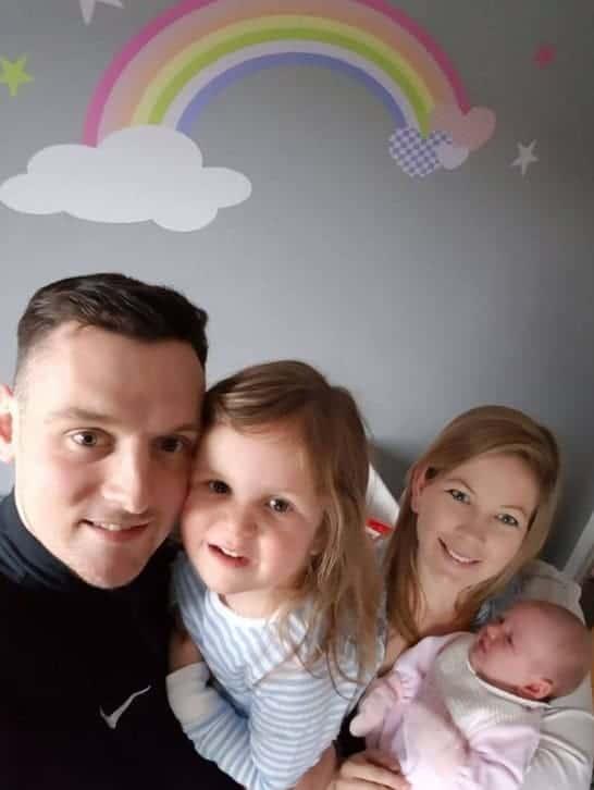 Após o susto bebê Harper com seu pai, mãe e irmã